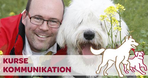 Kommunikation Mensch Hund Halter mit lachendem Hund