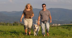 Soziale Bindung/2 Menschen mit Hund